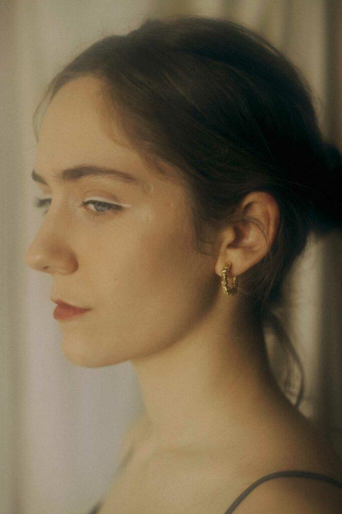 retrato pendientes dorados raso